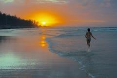 海滩风险感受产生慢的软的日落非常通知 库存照片
