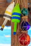 海滩餐馆装饰、浮体和玻璃地球 免版税库存图片