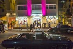 海洋驱动的商店在迈阿密海滩在晚上 免版税库存照片