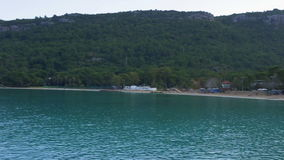 海滩,海小河,背景山的全景 影视素材