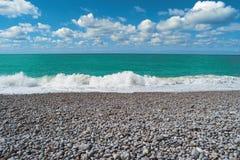 海滩,蓝色海,多云天空 美好的横向 免版税库存图片