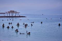 死海24 05 2017年:死海,以色列,在w的游人游泳 免版税库存图片