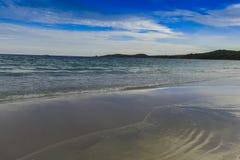 海滩Beautifu和蓝天 免版税库存图片