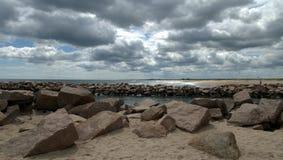 海滩Breachway在与云彩的初夏 免版税库存照片