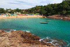 海滩Ferradurinha透明水在Búzios,巴西 免版税库存照片