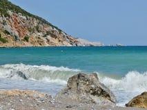 海滩Glifoneri的Skopelos-the边缘 免版税库存图片