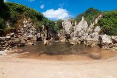 海滩Gulpiyuri,阿斯图里亚斯,西班牙 免版税库存照片
