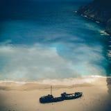 海滩Navagio在扎金索斯州,葡萄酒沿海航船 库存图片