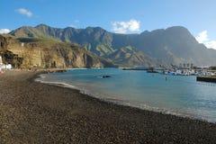 海滩Playa De阿加埃特在Puerto De在大加那利岛,西班牙的Las Nieves 免版税库存照片