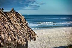 海滩Tiki在海洋的小屋酒吧 免版税图库摄影