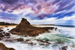 海Kiama 1岩石北部云彩 库存照片