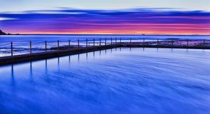 海M谷水池蓝色红色上升 库存照片