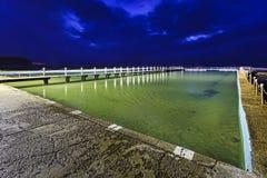 海Narrabeen岩石水池黑暗 库存图片