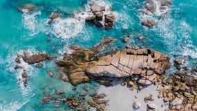 海scape俯视图和小组海滩石头 免版税库存图片