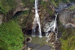 浸入入峡谷的瀑布 免版税库存照片