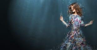 浸没 妇女在深蓝色海 幻想 免版税库存照片