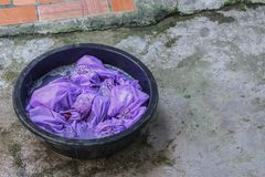 浸泡肮脏的衣裳在水池黑色为洗涤 免版税图库摄影