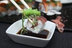 浸洗在酱油的寿司 免版税库存图片