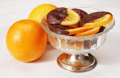 涂上巧克力的可口橙色片式 免版税库存照片
