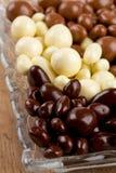 涂了巧克力的坚果和葡萄干 库存照片