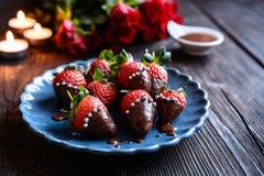 涂了巧克力的草莓与在华伦泰` s天洒 免版税库存照片