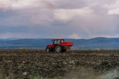 涂人工肥料的拖拉机 免版税库存照片