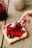 涂在面包的蔓越桔果酱 免版税图库摄影