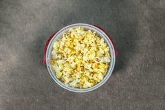涂奶油的玉米花从上面被观看的桶 库存照片