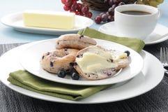 涂奶油的蓝莓百吉卷 库存图片
