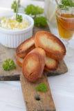 涂抹干酪用敬酒的面包 免版税库存照片