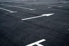 涂柏油停车处的表面与路标线的 库存照片