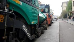 涂柏油在城市街道上的机器 影视素材