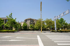 涂柏油的路的行人穿越道在晴朗的夏天城市 免版税库存照片