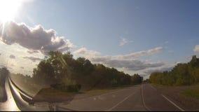 涂柏油行动路在与迷离汽车卡车的日落 在柏油路的汽车在乡下的美好的春日 股票录像