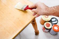 涂清漆椅子的人 免版税库存图片