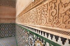 涂灰泥在Medersa本・ Youssef的墙壁装饰 库存照片