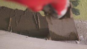 涂灰泥墙壁的工作者 shoting的stedicam 特写镜头 股票视频