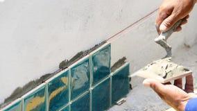 涂灰泥混凝土的工作者在房子建筑墙壁  股票视频