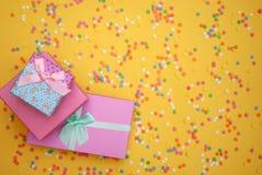 涂背景的一些甜糖果酥皮点心 免版税库存照片