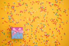 涂背景的一些甜糖果酥皮点心 库存照片