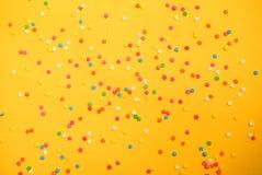 涂背景的一些甜糖果酥皮点心 免版税库存图片