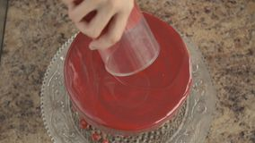 涂蛋糕用红色结冰 股票视频