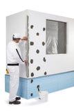 涂角落板条的工作者用油灰 免版税图库摄影