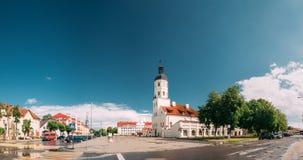 涅斯维日,明斯克州,白俄罗斯 正方形和城镇厅全景在夏天晴天 免版税图库摄影