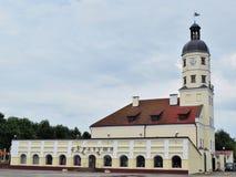 涅斯维日城镇厅,有塔和贸易的行的在边 库存照片