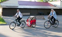 涅斯维日,白俄罗斯- 2017年5月20日:人们骑有一辆拖车的一辆自行车孩子的 库存图片