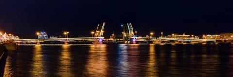 涅瓦河和开放Blagoveshchenskiy桥梁夜视图  库存照片