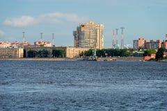 涅瓦河和Oktyabrskaya堤防看法在一个夏天晴天 免版税库存照片