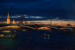 涅瓦河水区域的看法在晚上 免版税库存图片