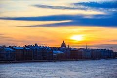 涅瓦河的冬天堤防在圣彼得堡,俄罗斯 日落在城市和冻河 库存图片